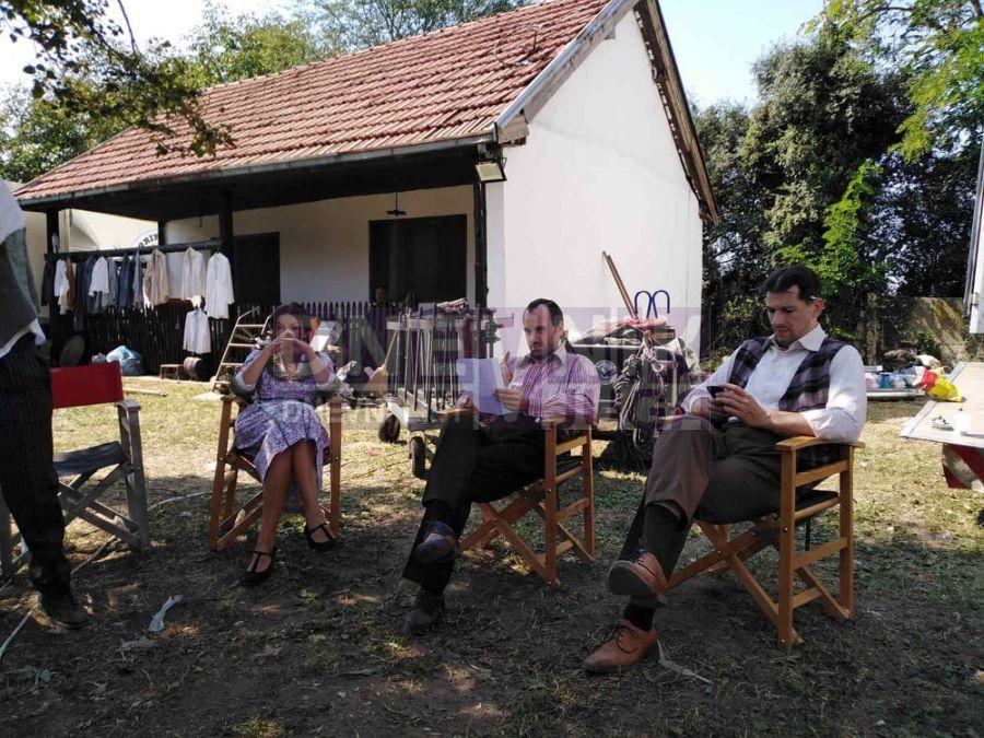 glumci na snimnaju u dvoristu nekadasnje fabrike